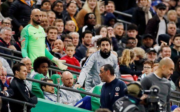 Manažer Chelsea Maurizio Sarri zuří, náhradní gólman Blues Willy Caballero jen rozhazuje rukama, protože se nedostal do utkání. Brankář Kepa Arrizabalaga odmítl střídat.