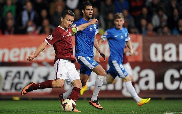 Sparťan David Lafata střílí vyrovnávací gól proti Liberci.