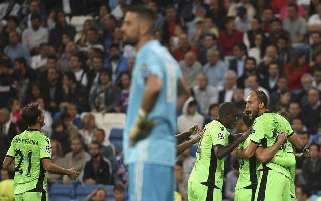 Fotbalisté Sportingu Lisabon slaví vstřelenou branku na půdě Realu Madrid, v popředí jeho gólman Francisco Casilla.