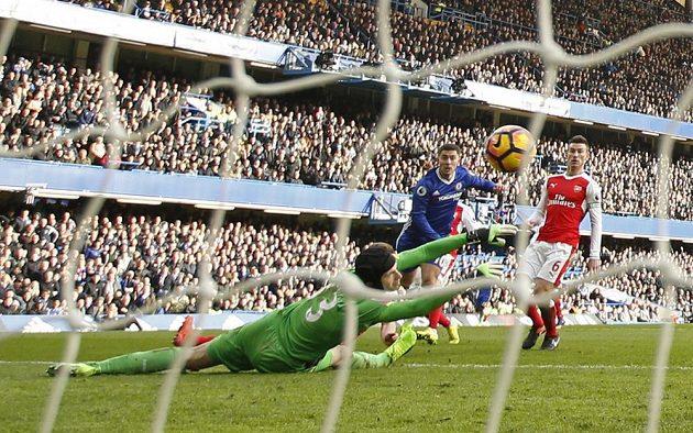 Eden Hazard podruhé překonává Petra Čecha v brance Arsenalu.