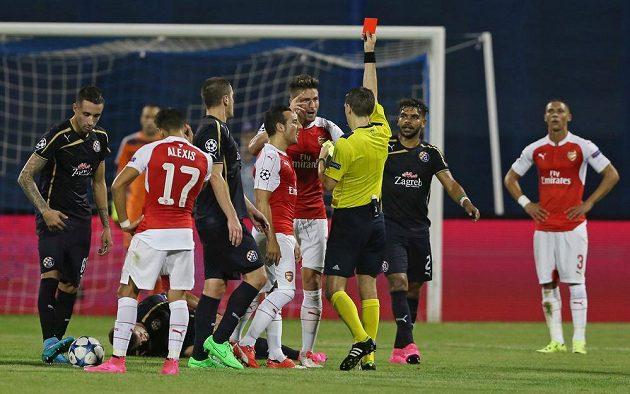 Rozhodčí Ovidiu Hategan ukazuje červenou kartu Olivieru Giroudovi (uprostřed) z Arsenalu.