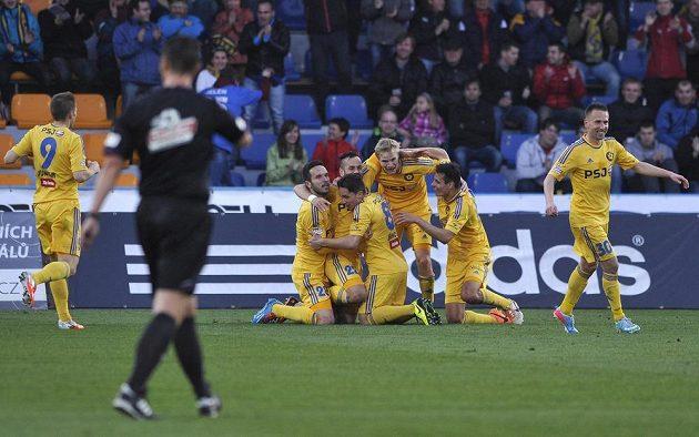 Jihlavští fotbalisté se radují z druhého gólu v utkání proti Sigmě Olomouc.