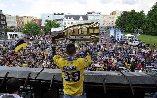 Zlínský brankář Libor Kašík zvedá na balkóně radnice pohár pro mistra extraligy.