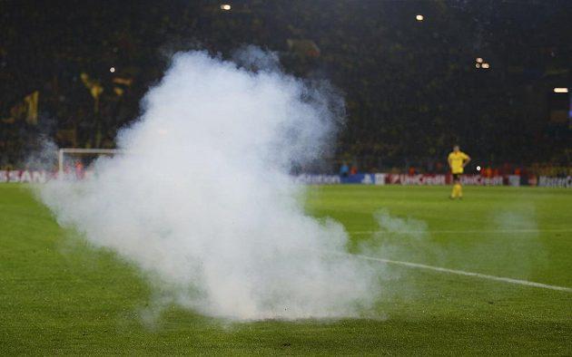 Fanoušci Galatasaray zamořili dýmovnicí hřiště v utkání Ligy mistrů proti Dortmundu.