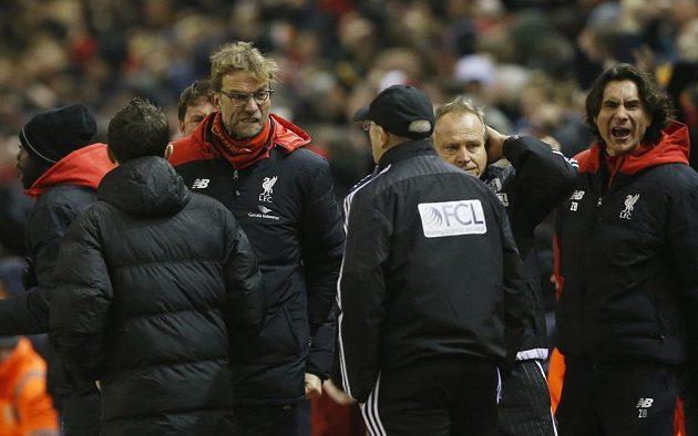 Trenér Liverpoolu Jürgen Klopp (vlevo) se raduje z vyrovnávacího gólu proti West Bromwich Albion. Německý kouč se dívá na trenéra WBA Tonyho Pulise.