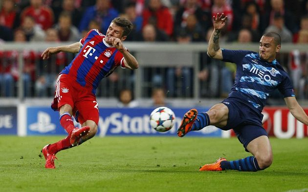 Thomas Müller (vlevo) střílí čtvrtý gól Bayernu v odvetě LM proti Portu.
