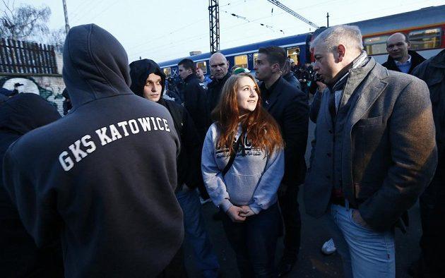 Ministr vnitra Milan Chovanec (vpravo) se snaží navázat rozhovor s fanoušky Baníku Ostrava.
