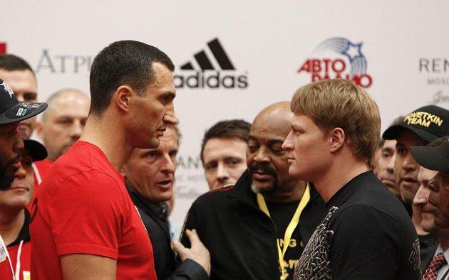Superšampión v těžké váze Vladimir Kličko (vlevo) a jeho sobotní soupeř Alexander Povětkin z Ruska.