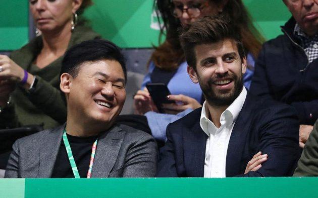 A v neděli finále Davis Cupu! Barcelonský Gerard Piqué (vpravo) a japonský miliardář Hiroši Mikitani, kteří mají tenisovou soutěž pod palcem.
