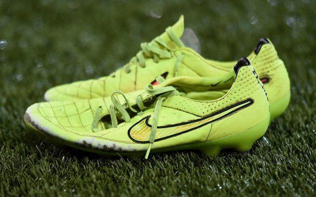 Připravené obutí pro umělou trávu na stadiónu Stade de Suisse v Bernu.