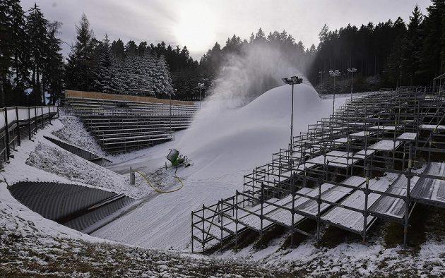 Biatlonový areál v Novém Městě na Moravě v době zasněžování.