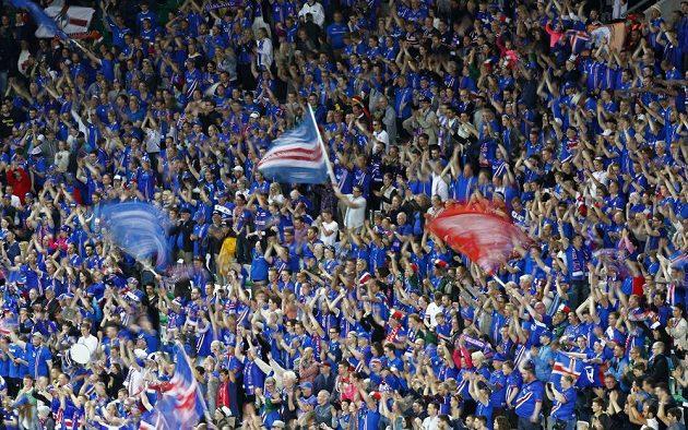 Islandští fanoušci během zápasu s Portugalskem.