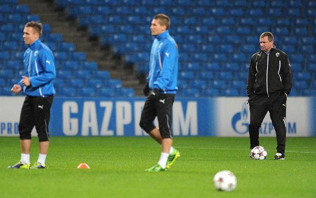 Trenér Viktorie Plzeň Pavel Vrba (vpravo) dohlíží na trénink svých svěřenců.
