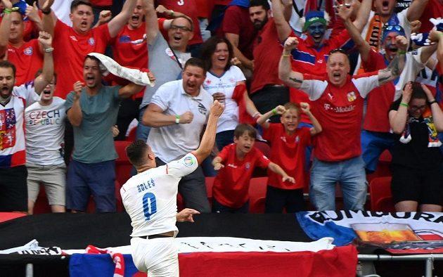 Český hrdina Tomáš Holeš slaví s fanoušky poté, co se trefil do sítě Nizozemska v osmifinále EURO.