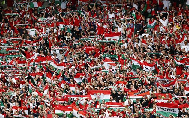 Maďarští fanoušci si užívají návrat svého týmu na vrcholnou scénu v utkání proti Rakousku na ME.