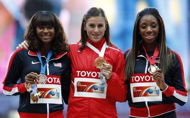 Medailistky z běhu na 400 metrů překážek. Zlatá Zuzana Hejnová (uprostřed), Američanka Dalilah Muhammadová (vlevo) a Lashinda Demusová také ze Spojených států.