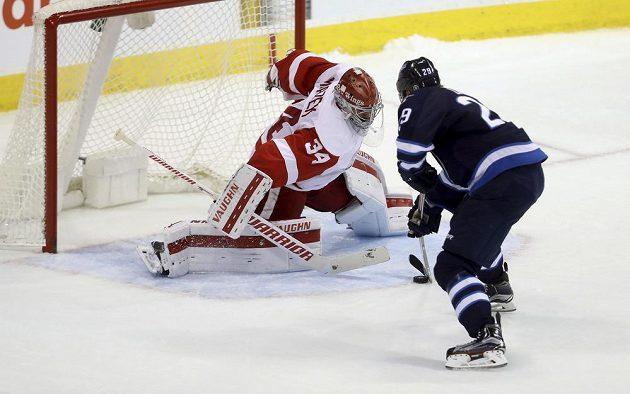 Petr Mrázek (34) z Detroitu čelil v zápase proti Winnipegu při samostatných nájezdech i Patricku Lainemu (29), který českého brankáře překonal.