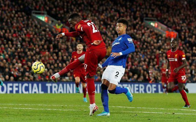 Divock Origi střílí třetí gól Reds v městském derby s Evertonem.