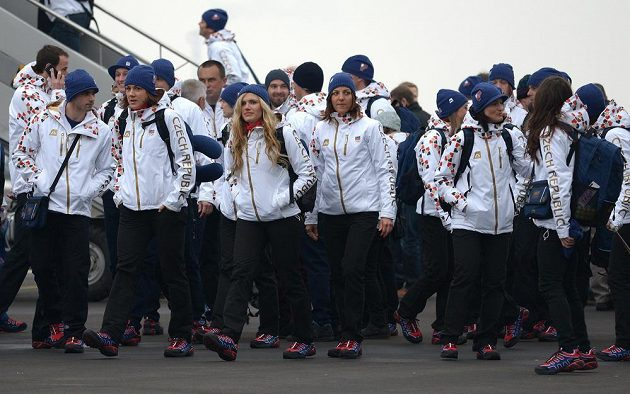 První část české olympijské výpravy před odletem do Soči na Zimní olympijské hry dne 30. ledna 2014 na kbelském letišti. (druhá zleva je Karolína Erbanová, třetí zleva Gabriela Soukalová).