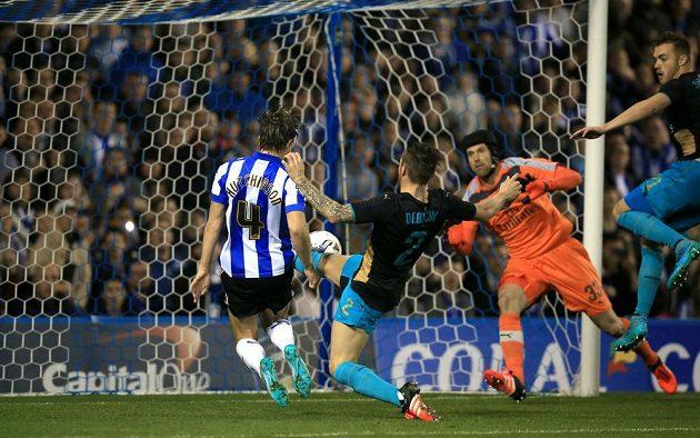 Sam Hutchinson ze Sheffieldu Wednesday překonává bezmocného Petra Čecha a střílí třetí gól svého mužstva v pohárovém utkání.
