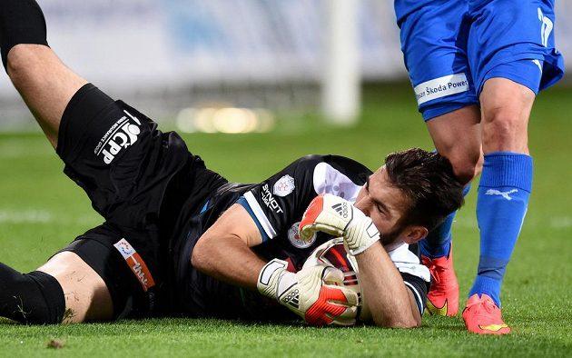 Hradecký brankář Tomáš Koubek v Plzni dělal co mohl, přesto čtyřikrát inkasoval.