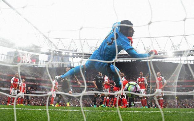 Dušan Tadič ze Southamptonu pálil z přímého kopu, Petr Čech vyrážel na břevno, míč se pak od těla českého gólmana skončil v bráně Arsenalu.