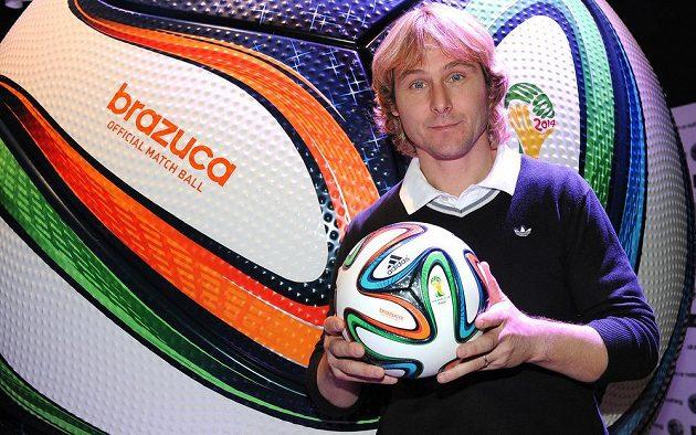 Internacionál Pavel Nedvěd s oficiálním míčem pro MS 2014 ve fotbale Adidas Brazuca.