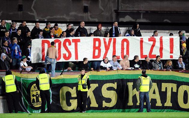Fanoušci Baníku Ostrava při utkání s Bohemians 1905 v Ďolíčku v Praze.