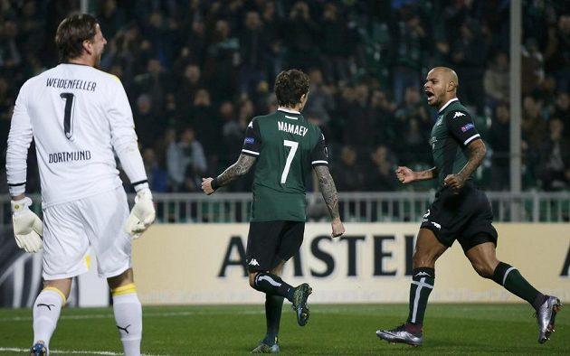 Pavel Mamajev (uprostřed) a jeho spoluhráč Ari (vpravo) slaví vítězný gól Krasnodaru nad Dortmundem.
