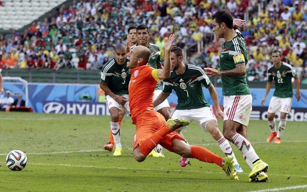 Arjen Robben padá v pokutovém území Mexičanů po zákroku Márqueze. Z nařízeného pokutového kopu následně poslal Huntelaar Nizozemce do čtvrtfinále fotbalového mistrovství světa.