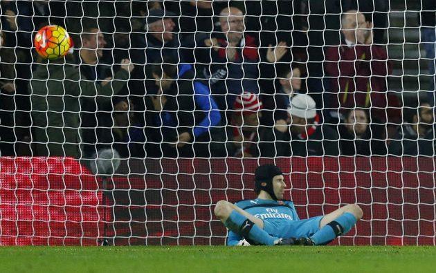 Potupený Petr Čech v brance Arsenalu. Od Southamptonu inkasoval čtyři góly.