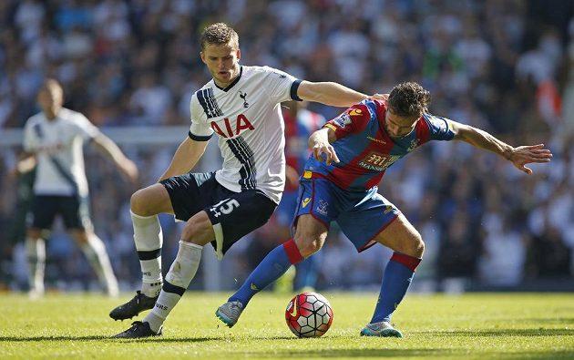 Fotbalista Tottenhamu Eric Dier (vlevo) v souboji s Yohanem Cabayem z Crystal Palace v 6. kole Premier League.