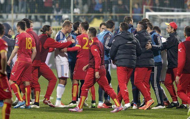 Střet fotbalistů Černé Hory (v červeném) a Ruska.