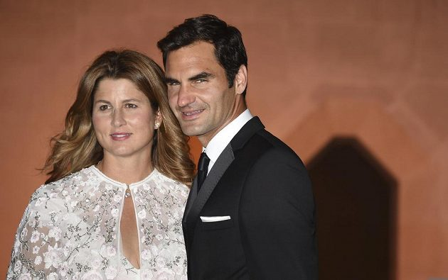 Staronový wimbledonský šampión Roger Federer s manželkou Mirkou na večírku šampiónů.
