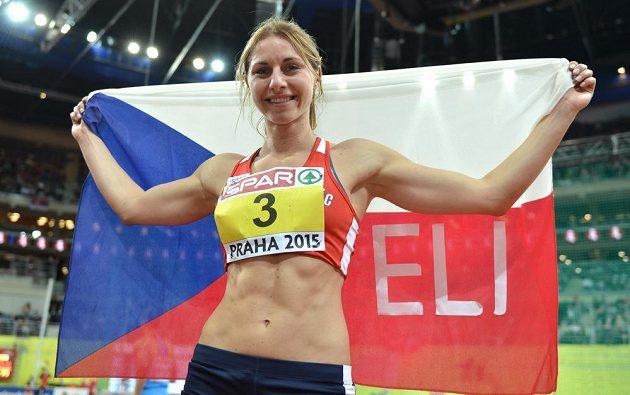 Eliška Klučinová oslavuje bronz v pětiboji během halového mistrovství v atletice v Praze.