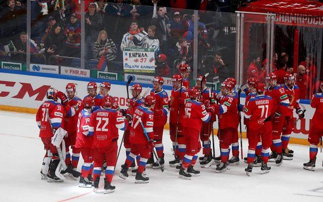 Ruští hokejisté oslavují dvoubodovou výhru.