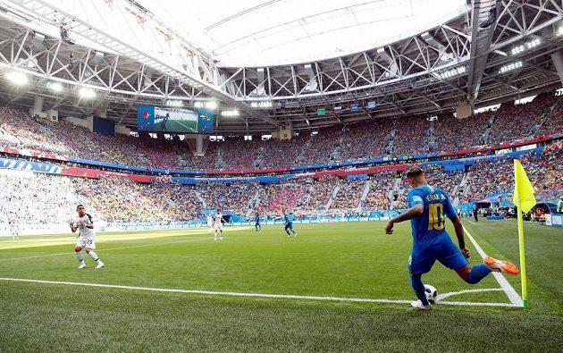 Brazilec Neymar zahrává rohový kop proti Kostarice.