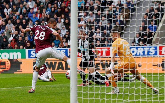 Tomáš Souček se snaží zasáhnout balón před prvním gólem West Hamu.