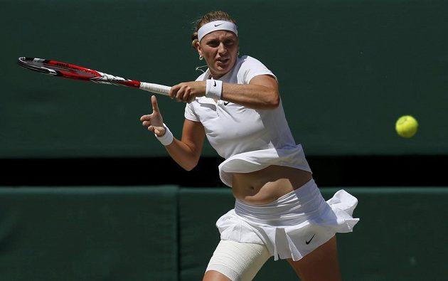 Petra Kvitová v semifinálovém utkání Wimbledonu proti Lucii Šafářové.