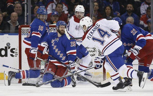 Montrealská ofenziva selhala. Dominic Moore (28) a Marc Staal (18) z Rangers blokují střelu Tomáše Plekance (14).