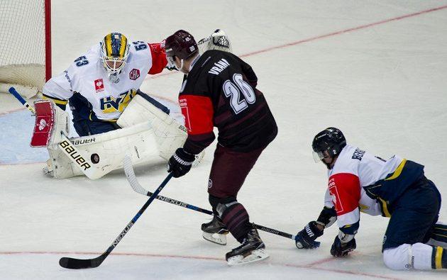 Zleva brankář Jönköpingu Fredrik Pettersson-Wentzel, útočník Sparty Petr Vrána a obránce Jönköpingu Kristofer Berglund.