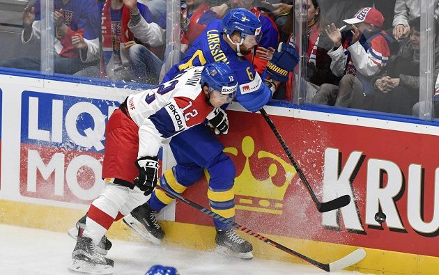 Boj o body na MS. Češi potkali v prvním utkání Švédy. V akci útočník Dominik Simon.