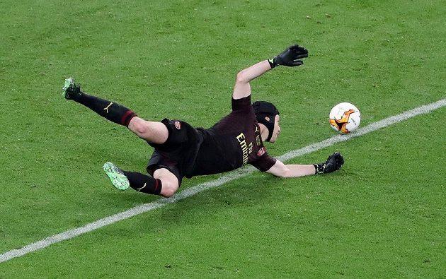Petr Čech při zákroku během finále Evropské ligy.