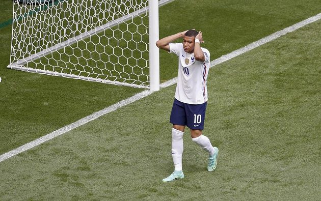Francouz Kylian Mbappé po zahozené šanci proti Maďarsku.