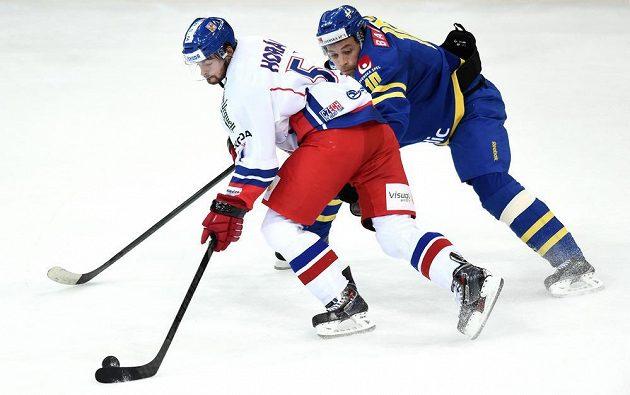 Český útočník Roman Horák (vlevo) a Johan Fransson ze Švédska během utkání v rámci turnaje Channel One Cup v O2 Areně v Praze.