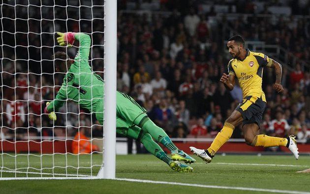 Záložník Arsenalu Theo Walcott překonává brankáře Basileje Tomáše Vaclíka v zápase Ligy mistrů.