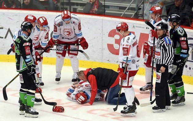 Zraněný Milan Doudera z Třince po nárazu na mantinel nedohrál utkání s Mladou Boleslaví.