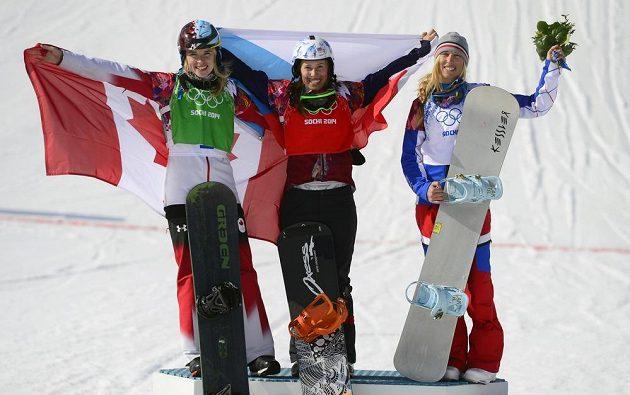 Vítězná trojice. Zleva stříbrná kanadská snowboardistka Maltaisová, zlatá Samková a bronzová Francouzka Trespeuchová.