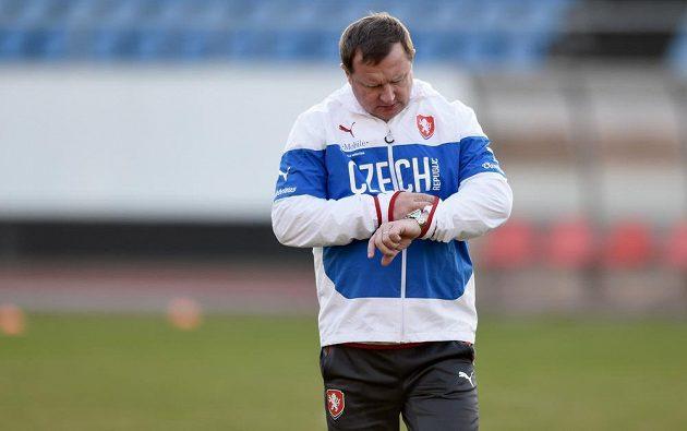 Reprezentační kouč Pavel Vrba kontroluje čas během tréninku.