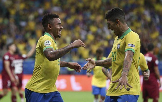 Gabriel Jesus aRoberto Firmino se radují z gólu, který byl však později odvolán